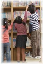 図書室に子供たちが居る写真